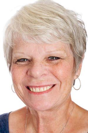 gelukkig volwassen vrouw met wit haar