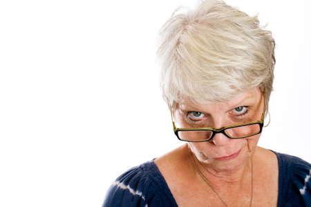 disdain: mujer madura con una mirada esc�ptica sobre su cara