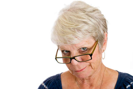 rijpe vrouw met sceptische blik op haar gezicht