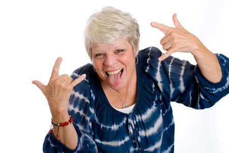 sacar la lengua: mujer madura divertida Foto de archivo