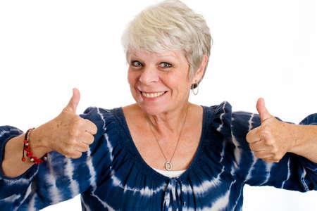 gelukkig volwassen vrouw die twee duimen omhoog