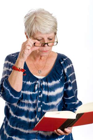 gafas de lectura: madura Mujer leyendo un libro a trav�s de gafas