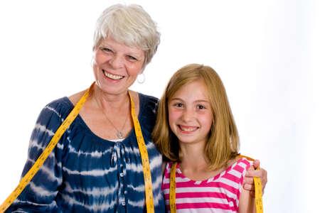 Vriendelijke volwassen naaister met een kind