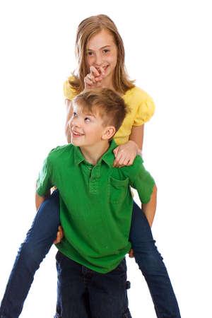 Jonge jongen het geven van een meisje een piggy back ride