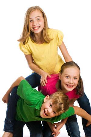 Groep van jonge kinderen in kleurrijke shirts met plezier