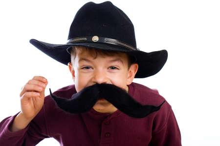 Grappige jonge jongen in cowboy kostuum
