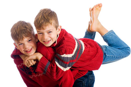 Due ragazzi carini giovani indossano maglioni rossi Archivio Fotografico - 11245252