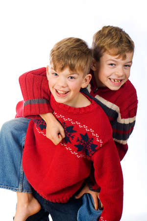 twee schattige jonge jongens met rode truien