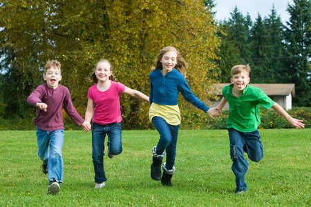 잔디에서 실행되는 어린이의 그룹
