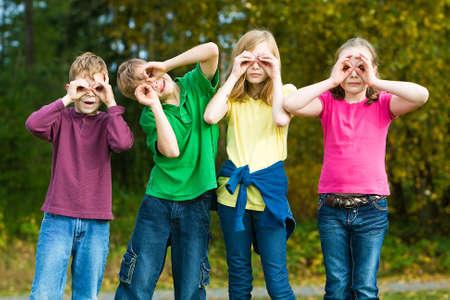 Kinderen spelen met denkbeeldige verrekijker Stockfoto