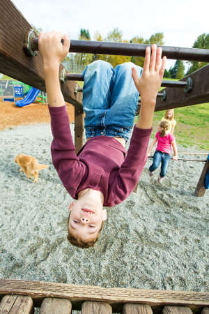 gravedad: Ni�o jugando en un parque