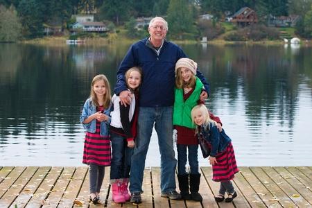 Gelukkig Opa met een groep kinderen