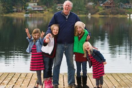 Gelukkig Opa met een groep kinderen Stockfoto