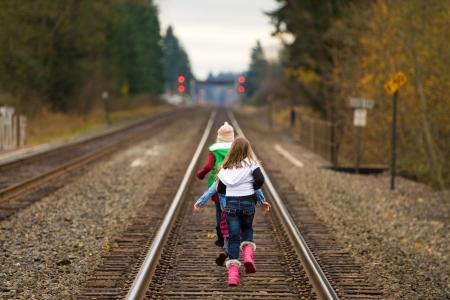 kids racen op treinsporen