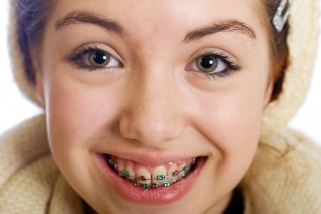 jonge tiener met bretels en een gelukkige glimlach