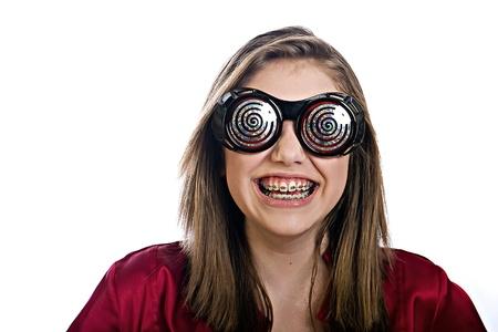 Tiener meisje met bretels en grappige glazen Stockfoto