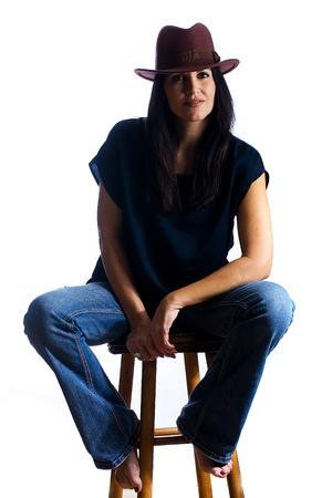 sexy vrouw van middelbare leeftijd met blote voeten zittend op een kruk