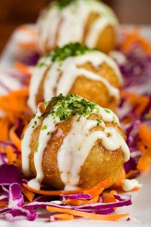 녹은 치즈와 함께 곁들인 아시아 식당에서 튀김 생선 공