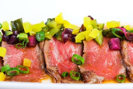 희귀, 빨강, 스테이크 화려한 장식과 함께 접시에 얇게 슬라이스