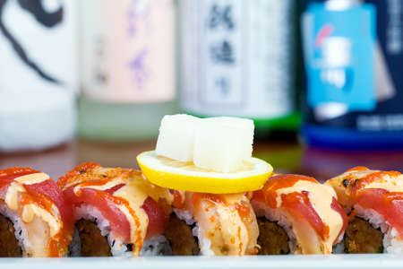 아시아 요리 레스토랑에서 신선한 생선 스시 롤 스톡 콘텐츠