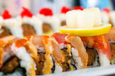 신선한 생선 초밥 롤 아시아 요리 레스토랑에서