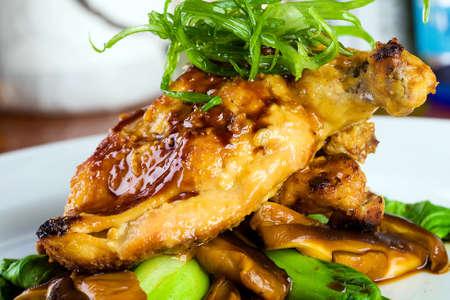 미식가 대중 음식점에서 신선한 닭고기 저녁 식사 스톡 콘텐츠