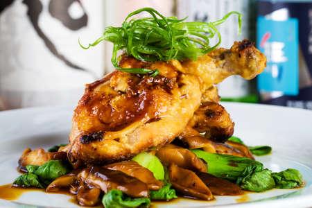 미식 레스토랑에서 신선한 닭고기 저녁 식사
