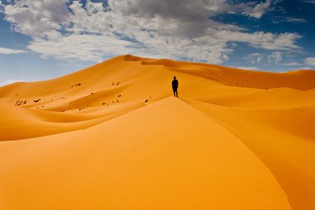 hombre arabe: El hombre perdido en las dunas del desierto Foto de archivo