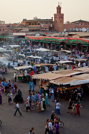 Marrakech, Marocco - 8 agosto: piazza Djemaa el Fna (Jamaa el Fna, Jamaa el Fna, Djema el-Fna o Djemaa el-Fnaa) l'8 agosto 2010 a Marrakech. Archivio Fotografico - 35062690