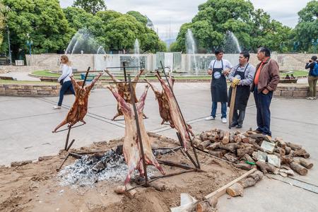 MENDOZA, ARGENTINA - MARZO 30 de, 2015: asado tradicional - barbacoa de un cordero. Plaza Independencia en Mendoza, Argentina. Foto de archivo - 58864670