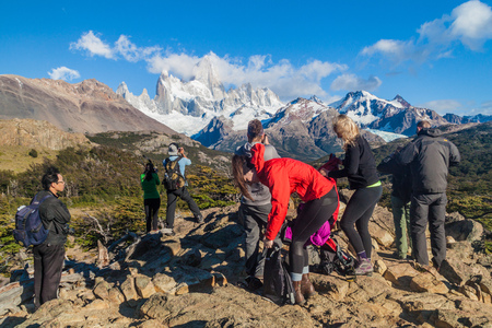 chalten: EL CHALTEN, ARGENTINA - MARCH 11, 2015: Tourist watch Fitz Roy mountain in National Park Los Glaciares, Patagonia, Argentina Editorial