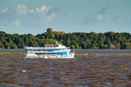 rio amazonas: Amazonas, el Brasil - 28 de junio de 2015: Vista del barco de pasajeros que navegan el río Amazonas, Brasil Editorial