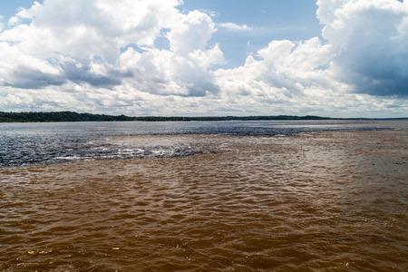 rio amazonas: El Encuentro de las Aguas (Encuentro de las Aguas) es la confluencia entre el río Negro, con el agua oscura, y más ligero del Amazonas o Río Solimoes