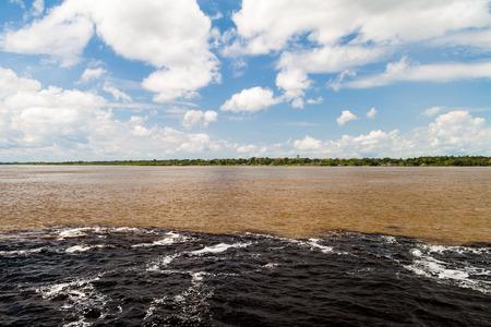 río amazonas: El Encuentro de las Aguas (Encuentro de las Aguas) es la confluencia entre el r�o Negro, con el agua oscura, y m�s ligero del Amazonas o R�o Solimoes