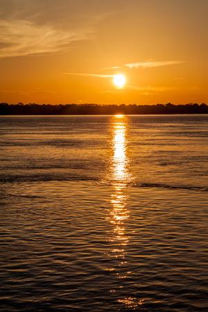 rio amazonas: Vista de una puesta de sol sobre el r�o Amazonas en Brasil