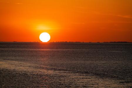 rio amazonas: Puesta de sol sobre el r�o Amazonas en Brasil