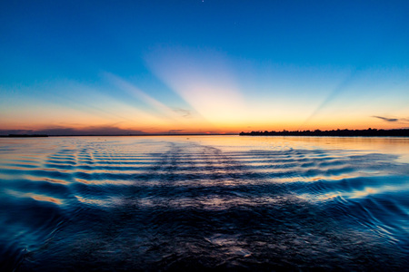 río amazonas: Vista de una puesta de sol sobre el r�o Amazonas en Brasil