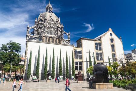 メデリン、コロンビア - 2015 年 9 月 1 日: にありますデ ラス メデリンで Esculturas (彫像の正方形)。バック グラウンドでの文化の宮殿。
