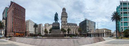 MONTEVIDEO, URUGUAY - 18 FEBBRAIO 2015: Vista del quadrato di Plaza Independecia nel centro di Montevideo.