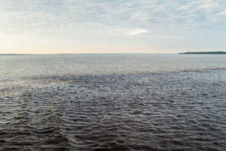 rio amazonas: El Encuentro de las Aguas (Encuentro de las Aguas) es la confluencia entre el r�o Negro, con el agua oscura, y m�s ligero r�o Amazonas o Solimoes Foto de archivo