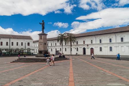 QUITO, ECUADOR - JUNE 24, 2015: Plaza Santo Domingo square in old town of Quito, Ecuador 新闻类图片
