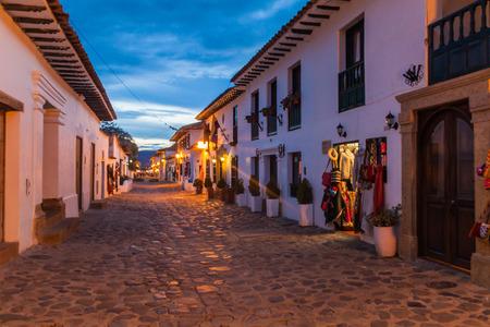vue moody Soirée d'une rue pavée de la ville coloniale Villa de Leyva, Colombie.