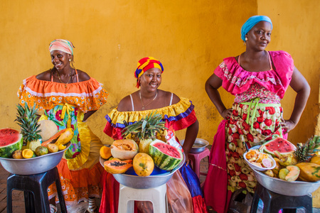 CARTAGENA DE INDIAS, COLOMBIA - AUG 28, 2015: Women wearing traditional costume sell fruits in the center of Cartagena. 報道画像