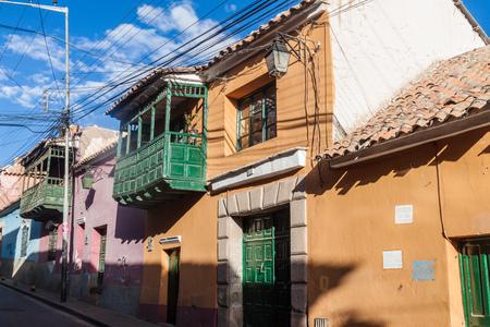 casa colonial: Vista de las casas tradicionales en un centro histórico de Potosí, Bolivia. Foto de archivo