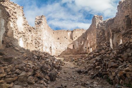 Rovine di una chiesa in una ex città mineraria Pueblo Fantasma, Bolivia sud-occidentale