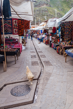 pisac: PISAC, PERU - MAY 22, 2015: Famous indigenous market in Pisac, Sacred Valley of Incas, Peru.