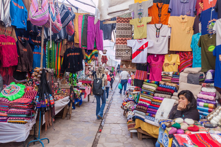 pisac: PISAC, PERU - MAY 22, 2015: Famous indigenous market in Pisac, Sacred Valley of Incas, Peru.