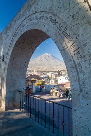 nevado: AREQUIPA, PERU - MAY 30, 2015: Misti volcano and arches at Yanahuara square in Arequipa, Peru