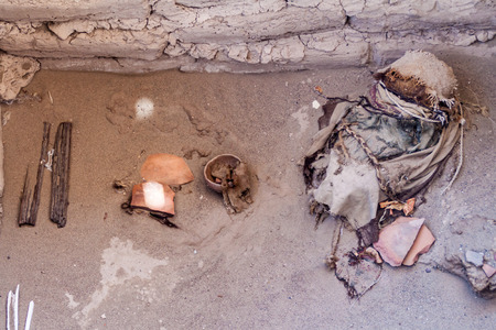 mummification: Preserved mummy in a tomb of Chauchilla cemetery in Nazca, Peru Stock Photo