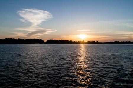 rio amazonas: Puesta de sol en el r�o Amazonas en Brasil